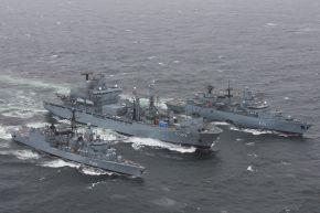 """Archivbild: Der Einsatzgruppenversorger """"Frankfurt am Main"""" (Mitte) versorgt die Fregatten """"Niedersachsen"""" (links) und """"Brandenburg"""" (rechts) in See. Foto: Deutsche Marine."""