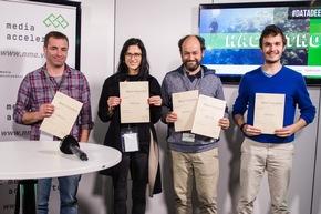 """Hackathon #DataDeepDive im Newsroom der Deutschen Presse-Agentur in Berlin: Rund 100 Entwickler, Journalisten und Data Scientists arbeiteten an neuen Modellen für datengetriebenen Journalismus und Geschäftsideen auf Basis von Algorithmen und künstlicher Intelligenz. Organisiert hat den Hackathon der internationale Startup-Beschleuniger next media accelerator (nma). Im Bild: Team """"Robocop"""" (Most Innovative) (Foto: Wolfram Kastl, dpa) Weiterer Text über ots und www.presseportal.de/nr/8218 / Die Verwendung dieses Bildes ist für redaktionelle Zwecke honorarfrei. Veröffentlichung bitte unter Quellenangabe: """"obs/dpa Deutsche Presse-Agentur GmbH/Wolfram Kastl"""""""