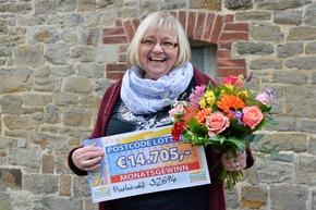 Strahlende Freude über 14.705 Euro: Erika kann endlich ihre Rente aufbessern. Foto: Postcode Lotterie/Wolfgang Wedel
