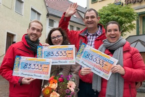 Herzlichen Glückwunsch: Monatsgewinner Ciprian mit seiner Frau, Botschafterin Katarina Witt und Postcode-Moderator Felix Uhlig (links). Fotocredit: ?Postcode Lotterie/Wolfgang Wedel?