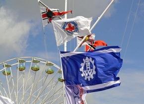Flaggen von THW und DRK-Wasserwacht auf der Travemünder Woche