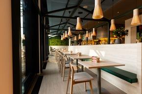 Das DELI Restaurant heisst sowohl Hotelgäste als auch externe Gäste willkommen (c)Christopher Tiess für a-ja Resort und Hotel GmbH