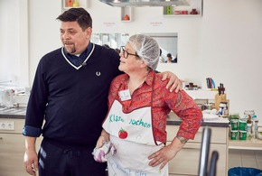 """Tim Mälzer hält die Kochlöffel eigentlich gerne selbst in der Hand. Doch gegen eine eigensinnige Hauswirtschaftslehrerin hat er absolut keine Chance: Sie macht ihm ohne Umschweife klar, wer in der brandneuen Schulküche das Sagen hat und treibt ihn mit allerlei unsinnigen Regeln zur Weißglut. Als schließlich auch noch die Schüler das Essen vermasseln, ist die Stimmung des berühmten TV-Kochs kurz vorm Überkochen.  Bild: Tim Mälzer wurde bei Vesrehen Sie Spaß? von Guido Cantz durch seinen Lockvogel Martina Schuch aufs Glatteis geführt. © SWR/Fabian Hensel, honorarfrei - Verwendung gemäß der AGB im engen inhaltlichen, redaktionellen Zusammenhang mit genannter SWR-Sendung bei Nennung: """"Bild: SWR/Fabian Hensel (S 2+). SWR-Pressestelle/Fotoredaktion, Tel. 07221/929-22202, foto@swr.de. Weiterer Text über ots und www.presseportal.de/nr/75892 / Die Verwendung dieses Bildes ist für redaktionelle Zwecke honorarfrei. Veröffentlichung bitte unter Quellenangabe: """"obs/SWR - Das Erste/© SWR/Fabian Hensel"""""""