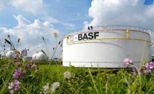 """Tanklager der BASF in Ludwigshafen. Im zentralen Tanklager der BASF in Ludwigshafen sorgen 68 Tankbehälter für ein sicheres und effizientes Lagern flüssiger Produktionsstoffe wie zum Beispiel Methanol und Naphtha. Insgesamt werden dort 212.000 m³ Flüssigkeiten und fast 40.000 m³ unter Druck verflüssigte Gase gespeichert. Rohrleitungen versorgen dabei die Produktionsbetriebe mit den benötigten Einsatzstoffen und unterstützen so das Verbundsystem. +++ Stichworte: BASF; Chemie; Industrie; Regionen; Europa; Werk; Verbundstandort; Konzernzentrale; Außenaufnahme; Tanklager; Logo; +++ Die Verwendung dieses Bildes ist für redaktionelle Zwecke honorarfrei. Veröffentlichung bitte unter Quellenangabe: """"obs/BASF SE"""""""