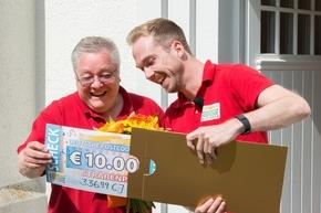Rainer (links) aus dem Bielefelder Bezirk Stieghorst hat den dritten Straßenpreis der Deutschen Postcode Lotterie gewonnen. Foto: Postcode Lotterie/Wolfgang Wedel