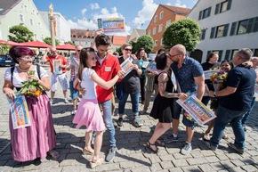 Das gibt es nur bei der Deutschen Postcode Lotterie: Tanzende Gewinner. Foto: Postcode Lotterie/Marco Urban