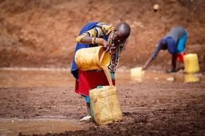Frauen aus Turkana holen Wasser an einer ungeschützten Quelle.