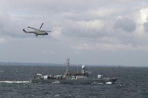 """Hubschrauber """"Sea Lynx"""" fliegt über das Schnellboot """"Puma."""" Foto: Matthias Dürendahl, Deutsche Marine"""