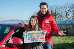 Strahlen mit der Sonne um die Wette: Gewinnerin Sophie und Postcode-Moderator Giuliano Lenz. Foto: Postcode Lotterie/Wolfgang Wedel
