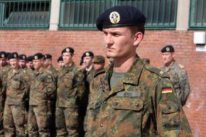 Im Rahmen einer Bataillonsmusterung wurde das Ehrenkreuz der Bundeswehr in Gold an Obergefreiten Roman Wins verliehen. Foto: Ann-Kathrin Fischer, Deutsche Marine.