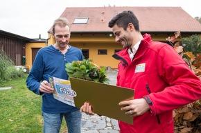 """Gewinner Maik (links) zusammen mit Postcode-Moderator Giuliano Lenz. Der Straßenpreis-Gewinner weiß noch nicht, wie viel er gewonnen hat. Foto: """"Postcode Lotterie/Marco Urban"""""""