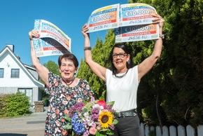 Gewinnerjubel kann so schön sein: Bianka (r.) und Sonja (l.) mit den Gewinner-Schecks über 50.000 Euro. Foto: Postcode Lotterie/Wolfgang Wedel