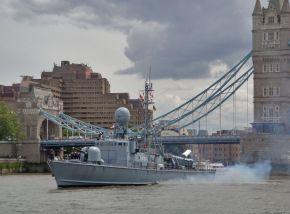 """Schnellboot """"Wiesel"""" vor der Tower Bridge in London. Foto: Juan Claret, Deutsche Marine"""