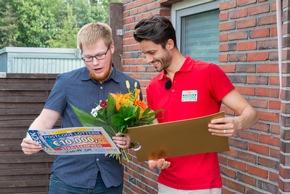 Marc (links) erfährt, wie hoch sein Gewinn ist.  Foto: Postcode Lotterie/Wolfgang Wedel