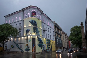 Neu gestaltete, beleuchtete Fassade des URBAN NATION Museums. Nika Kramer/URBAN NATION (Abdruck honorarfrei)