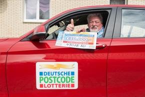 Das Sitzgefühl ist schonmal gut: Klaus freut sich über 10.000 Euro und einen neuen BMW 1er. Foto: Postcode Lotterie/Wolfgang Wedel