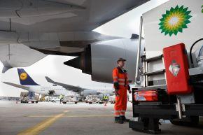 """Eine Lufthansa-Maschine wartet auf ihre Betankung- Typ Airbus A380, das derzeit größte Passagierflugzeug. +++ Flughafenmitarbeiter; Tankwart; Lufthansa; Frankfurt am Main; Flughafen; Tankwagen; Air BP; Betankung; A380; Flugplatz; Passagierflugzeug; Großflughafen; Tankwagen; Flugzeigsprit; Luftfahrt. +++ Die Verwendung dieses Bildes ist für redaktionelle Zwecke honorarfrei. Veröffentlichung bitte unter Quellenangabe: """"obs/BP Europa SE"""""""