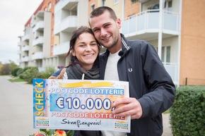"""Jetzt wird geheiratet: Straßenpreisgewinner Felix mit seiner Lebensgefährtin Sandra im Glück. Foto: """"Postcode Lotterie/Marco Urban"""