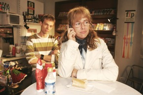 """SAT.1-SERIE: Verliebt in Berlin, Folge 191, Telenovela, D, 2005, Sendetermin: Montag, den 28.11.2005 um 19.15 Uhr in Sat.1. Lisa (Alexandra Neldel, r.) zeigt sich resistent, als David anruft, um mit ihr über seinen Streit mit Mariella zu sprechen. Jürgen (Oliver Bokern, l.) ist beeindruckt. Dieses Foto von Alexandra Neldel darf nur in Zusammenhang mit der Berichterstattung über die Serie """"Verliebt in Berlin"""" veröffentlicht und verbreitet werden. Foto: Sat.1/Noreen Flynn. Abdruck honorarfrei nur im Zusammenhang mit dem Sat.1-Sendetermin"""