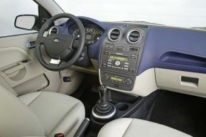 Der optimierte Armaturentraeger des Ford Fiesta dient zugleich als Schnittstelle für die innovativen elektronischen ...