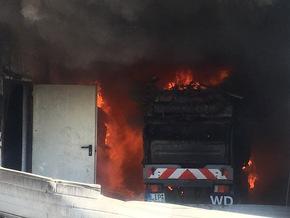 Brennende Kehrmaschine in der Fahrzeughalle nach Öffnung des Tores.