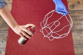 Schritt 1: Das Lampenschirmgestell mit einer Sprühfarbe nach Wahl färben und anschließend trocknen lassen.
