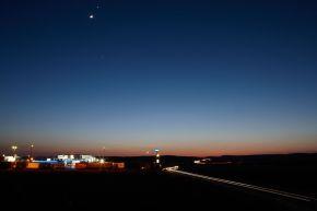 """Aral - eine der bekanntesten Marken in Deutschland. +++ Aral; Tankstelle; Autobahn; Tankstelle bei Nacht +++ Die Verwendung dieses Bildes ist für redaktionelle Zwecke honorarfrei. Veröffentlichung bitte unter Quellenangabe: """"obs/BP Europa SE"""""""