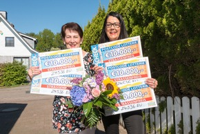 Insgesamt 50.000 Euro gewinnen Tochter Bianka (r.) und Mutter Sonja (l.) beim zweiten Straßenpreis im Mai. Foto: Postcode Lotterie/Wolfgang Wedel