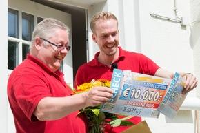 ?Es ist ein Traum, absolut ein Traum?, sagte der 57-Jährige beim Blick auf die beiden Schecks. Foto: Postcode Lotterie/Wolfgang Wedel