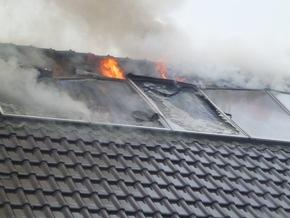 FW Lage: Dachstuhlbrand in einem Einfamilienhaus
