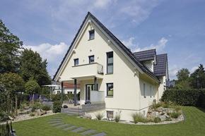 Drei Giebel mit Satteldach schmücken das frei geplante Architektenhaus.