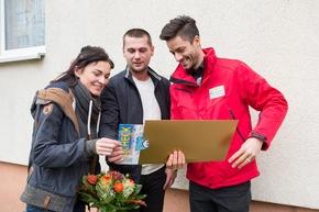 """Die Aufregung ist groß: Felix (Mitte) und Sandra zusammen mit Postcode-Moderator Giuliano Lenz. Das Paar weiß noch nicht, wie viel es gewonnen hat. Foto: """"Postcode Lotterie/Marco Urban"""""""