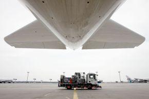 """Bescheidene Dimension: Den Tankwagen für einen A380 hat man sich irgendwie größer vorgestellt. Air BP versorgt in Deutschland mehr als 50 Flughäfen und Flugplätze mit Flugtreibstoffent- und Schmierstoffen. +++ Tankwagen; Air BP; A380; Flugzeug; Flughafen; BP Tankwagen; Großflughafen; Frankfurt am Main; Flugplatz; Flugbenzin; Passagierflugzeug; Betankung; Flugzeugsprit; Luftfahrt +++ Die Verwendung dieses Bildes ist für redaktionelle Zwecke honorarfrei. Veröffentlichung bitte unter Quellenangabe: """"obs/BP Europa SE"""""""