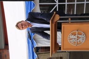 Der stv. Bürgermeister Ulrich Höltmann hängt 112 Jahre in das Zeitgeschehen ein.