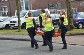 Polizeibeamte holen Verletzte aus dem Gefahrenbereich