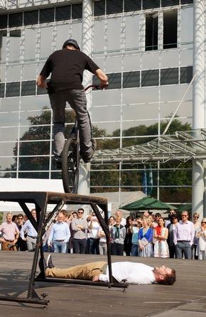 Radkünstler Stefan Eberharter demonstriert eine fulminante Mischung aus Breakdance und BMX vor staunendem Publikum.