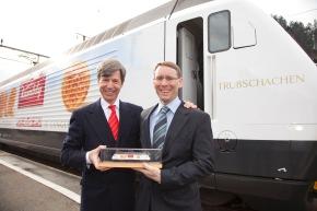 Bernard Guillelmon, CEO der BLS, bei der Einweihung des Kambly Zuges in Trubschachen: Die BLS ist stolz auf den Kambly Zug das vermutlich längste Biscuit-Plakat der Welt .
