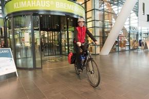 Vom Klimahaus Bremerhaven zur Klimakonferenz nach Bonn: 470 Kilometer radelt Arne Dunker, um die Klimabotschaften zu überbringen. Bildnachweis: Voigts/Klimahaus