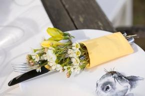 Tolle Akzente setzt man mit stilvoll drapierten Einzelblüten. Foto: ©Fleurop AG