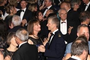 Der Inspekteur der Streitkräftebasis rief seine Gäste zum Tanz auf.