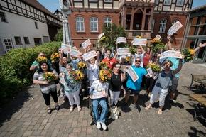So sehen Gewinner aus Willingshausen aus. 19 Teilnehmer dürfen sich über insgesamt 600.000 Euro freuen. Foto: Postcode Lotterie/Marco Urban
