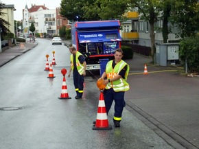 Der Ortsverband Bad Segeberg sichert die Straße an der Einspeisungsstelle ab. (
