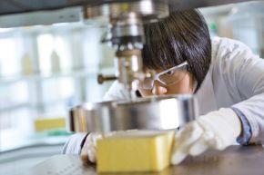 """Innovation Campus in Schanghai, Polyurethan-Forschung. Karen Kong, Chemikerin, testet die Druckfestigkeit eines Musterstücks aus elastischem Polyurethan-Schaum mit Hilfe einer Zwick Prüfmaschine. Ziel dabei ist es, die Druckfestigkeit des Materials zu erhöhen und gleichzeitig die Materialdichte zu verringern. +++ Innovation Campus in Shanghai, polyurethane research. Karen Kong, lab chemist, conducts the compression strength test for a flexible molded polyurethane foam sample with a Zwick Material Testing Machine, aiming to increase the compression strength and at the same time reduce the material density. +++ Weiterer Text über OTS und www.presseportal.de/pm/16344 / Die Verwendung dieses Bildes ist für redaktionelle Zwecke honorarfrei. Veröffentlichung bitte unter Quellenangabe: """"obs/BASF SE/BASF SE / Detlef W. Schmalow"""""""