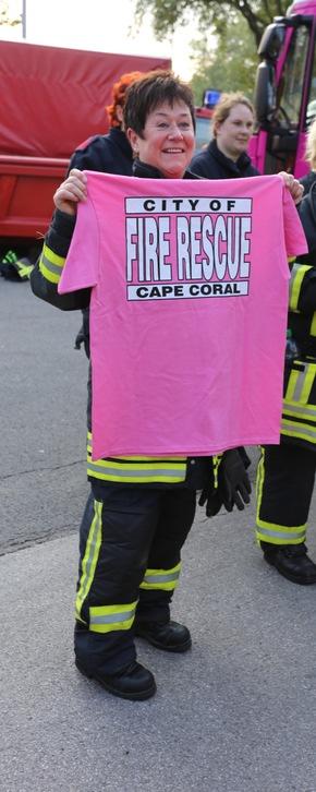 Gewinnerin des Pinken T-Shirt des FD Cape Coral / Florida