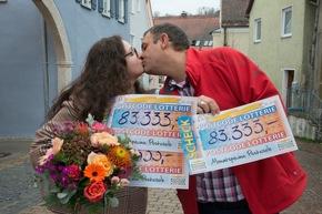 """Ein Freudenkuss in Harburg: Das Ehepaar Ciprian und Ana-Maria kann sein Glück kaum fassen. Fotocredit: """"Postcode Lotterie/Wolfgang Wedel"""""""