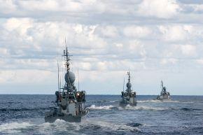 """Die Schnellboote """"Puma,"""" """"Hyäne"""" und """"Gepard"""" in enger Formation währen einer Übung auf See. Foto: Maik Herrmann, Bundeswehr"""