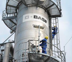 """Butadien-Anlage der BASF in Ludwigshafen. Die Butadien-Anlage auf dem Werksteil Friesenheimer Insel des BASF Verbundstandorts Ludwigshafen produziert bis zu 105.000 Tonnen Butadien pro Jahr. Damit ist sie eine zentrale Verbundanlage, die direkt mit den beiden Steamcrackern verbunden ist. In den Crackern entstehen eine Reihe wichtiger chemischer Grundprodukte, darunter vor allem Ethylen und Propylen. +++ Stichworte: BASF; Chemie; Industrie; Regionen; Europa; Werk; Verbundstandort; Konzernzentrale; LOGO; Außenaufnahme; Butadien; Produktionsstätte; Mitarbeiter. +++ Die Verwendung dieses Bildes ist für redaktionelle Zwecke honorarfrei. Veröffentlichung bitte unter Quellenangabe: """"obs/BASF SE"""""""