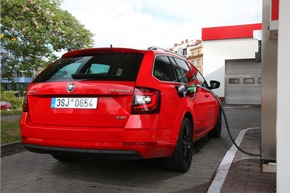 """Der SKODA OCTAVIA COMBI G-TEC erhält einen neuen, leistungsstärkeren 1,5-TSI-Motor mit 96 kW (130 PS). Durch den Betrieb mit CNG sinken die CO2-Emissionen um rund 25 Prozent gegenüber dem Benzinbetrieb. Weiterer Text über ots und www.presseportal.de/nr/28249 / Die Verwendung dieses Bildes ist für redaktionelle Zwecke honorarfrei. Veröffentlichung bitte unter Quellenangabe: """"obs/Skoda Auto Deutschland GmbH"""""""