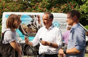 Markus Maus, Geschäftsführer von company bike solutions aus München, im Gespräch mit interessierten Besuchern.