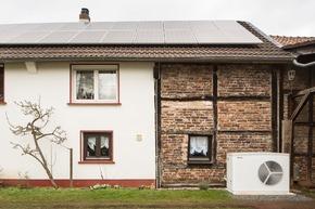 """Perfektes Zusammenspiel: Die außen aufgestellte Luft-Wasser-Wärmepumpe WPL 25 als Heizungsanlage versorgt das bestehende Gebäude nach der Haustechniksanierung zuverlässig, komfortabel und nachhaltig mit Wärmeenergie. Im Idealfall nutzt sie dafür den über die PV-Anlage selbst erzeugten Sonnenstrom. Im Technikraum sorgt ein thermischer Speicher dafür, dass ein Maximum an Energieautarkie erreicht wird. Die komplette Anlage mit allen Komponenten stammt aus dem Hause Stiebel Eltron. [Hinweis für Redaktionen: Bei Bedarf sind zusätzliche Bilder sowie ein umfangreicher Referenzbericht erhältlich, einfach per Mail an presse@stiebel-eltron.de anfordern.] Weiterer Text über ots und www.presseportal.de/nr/62786 / Die Verwendung dieses Bildes ist für redaktionelle Zwecke honorarfrei. Veröffentlichung bitte unter Quellenangabe: """"obs/STIEBEL ELTRON"""""""